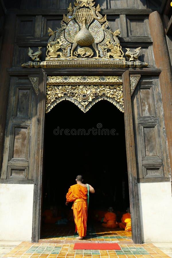 Monje que viene en templo imagen de archivo libre de regalías