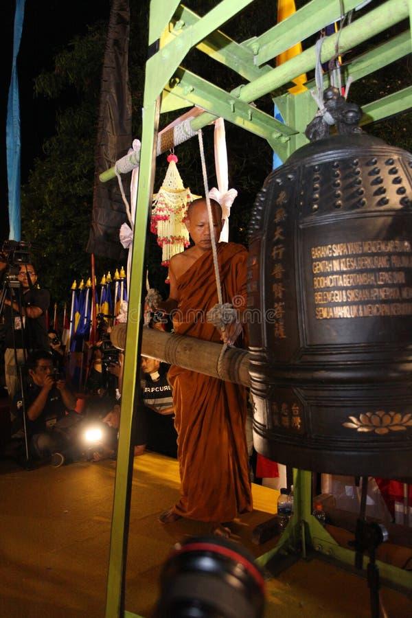 Monje Ring una Bell grande en el día de Vesak del templo de Borobudur imagenes de archivo
