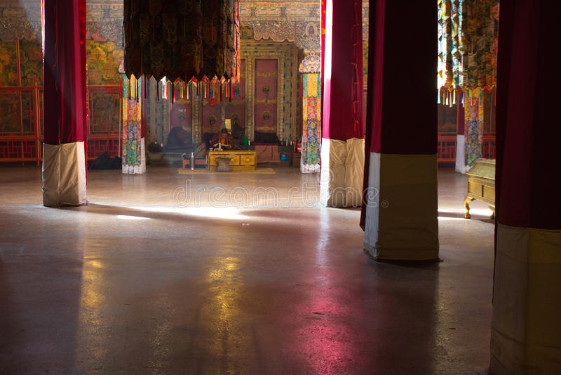 Monje tibetano que ruega en sus el propio dentro del palacio Potala imagenes de archivo