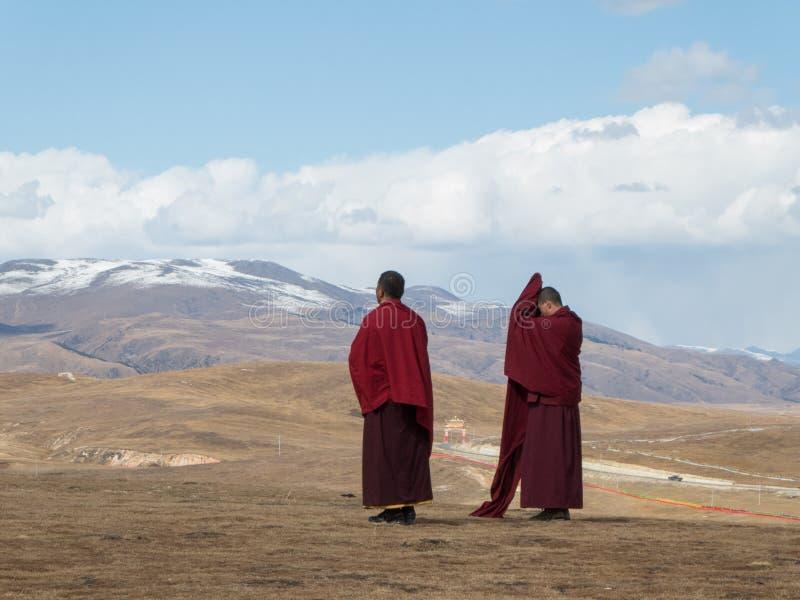 Monjes alrededor de Yarchen Gar Monastery en tibetano de Garze, Sichuan, Ch fotografía de archivo