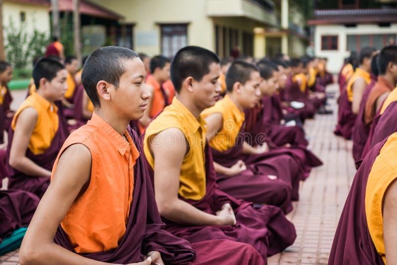 Download Monjes budistas fotografía editorial. Imagen de cultural - 42435347