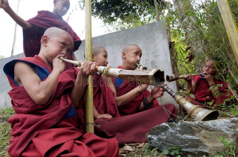 Monjes budistas jovenes que juegan los claxones imagen de archivo libre de regalías