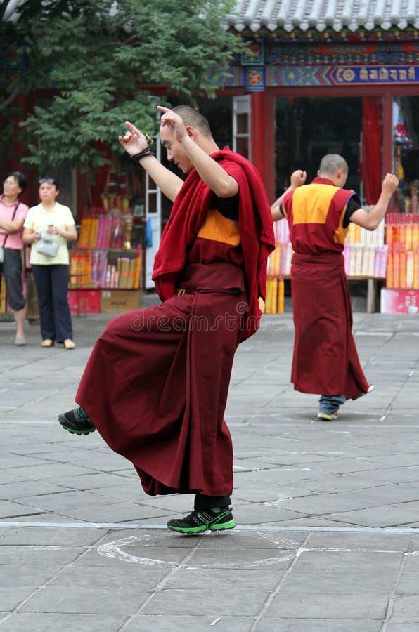 Monjes budistas que ensayan la danza ritual para la presentación de las vacaciones en el monasterio de Dazhao fotografía de archivo libre de regalías