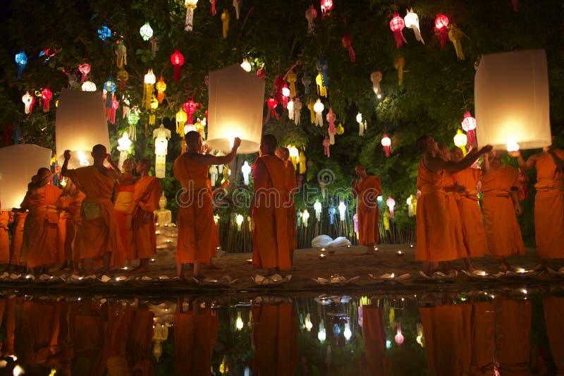 Monjes budistas que lanzan las linternas del fuego en el festival fotos de archivo