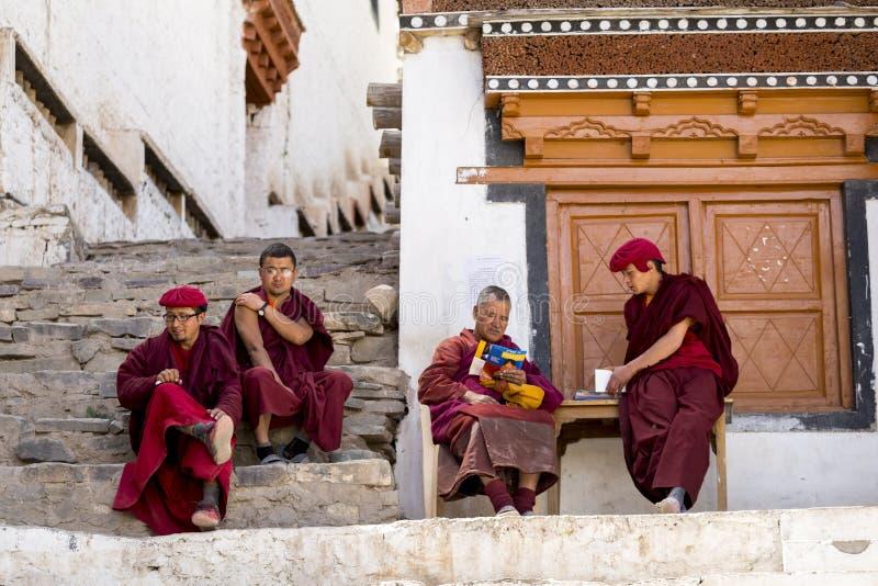 Monjes budistas tibetanos no identificados en el monasterio de Hemis en Leh, Ladakh, estado de Jammu y Cachemira, la India imágenes de archivo libres de regalías