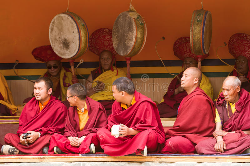 Monjes como espectadores atentos y baterías rituales del festival lama fotos de archivo libres de regalías