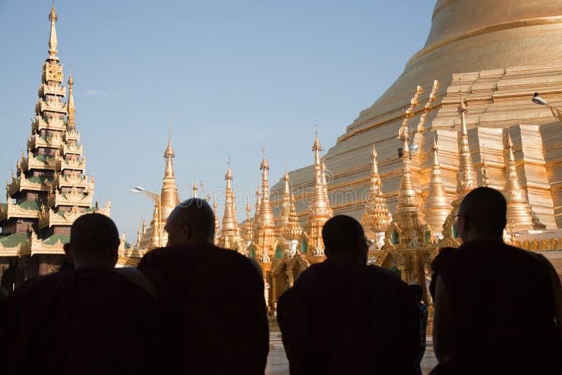Monjes de rogación en la pagoda de Schwedagon foto de archivo libre de regalías