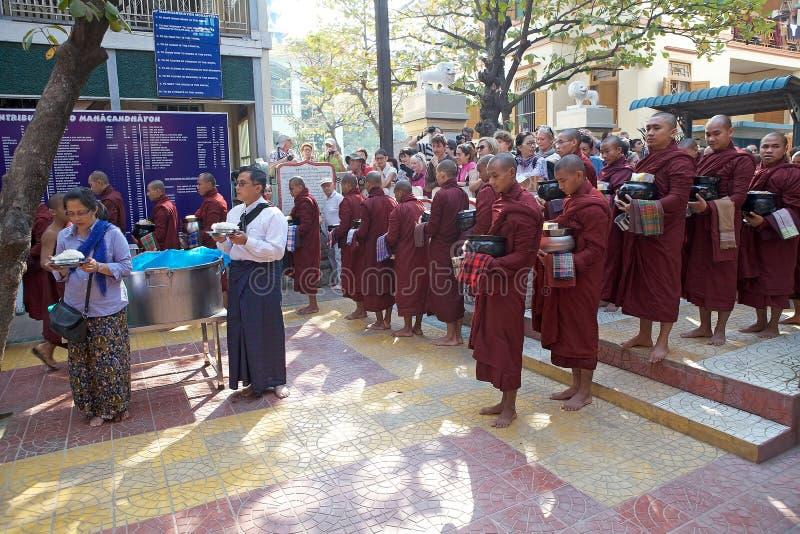 Monjes en el monasterio de Mahagandayon en Amarapura Myanmar imagen de archivo libre de regalías