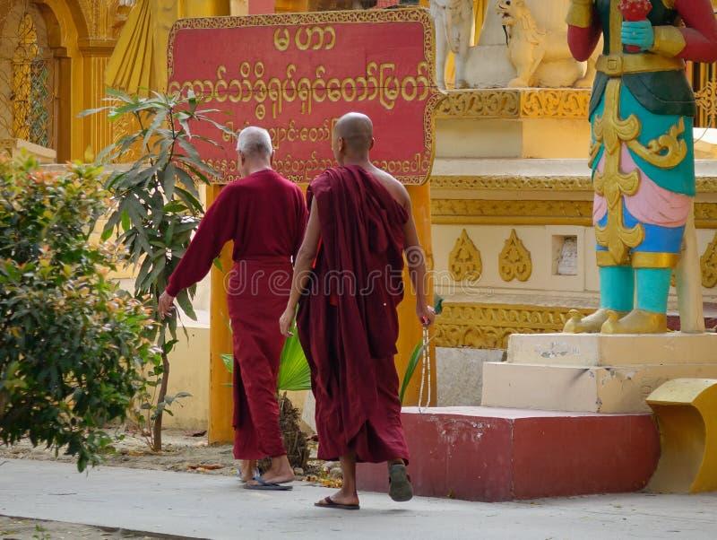 Monjes en la pagoda de Kuthodaw en Mandalay, Myanmar fotografía de archivo