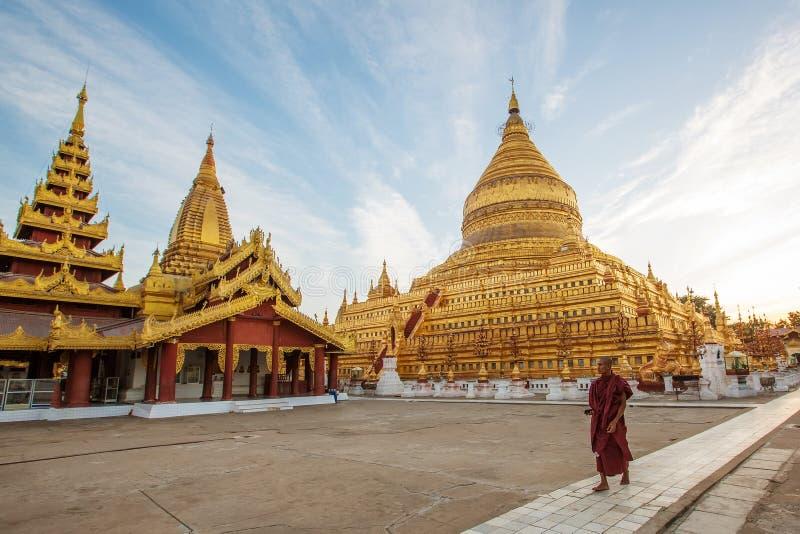 Monjes en la pagoda de Shwezigon en Bagan fotografía de archivo