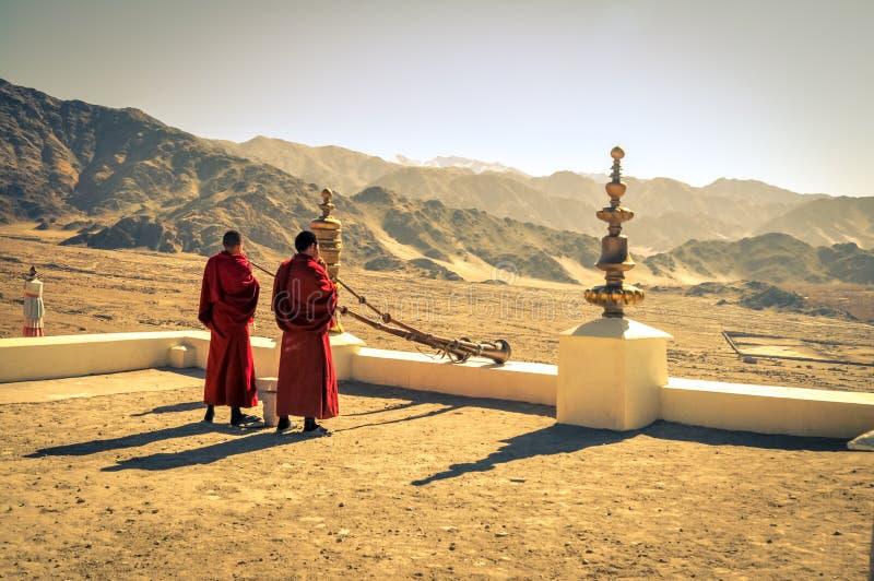 Monjes en la salida del sol en Ladakh imágenes de archivo libres de regalías