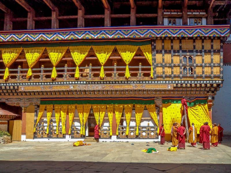 Monjes que adornan el dzong de Rinpung en Paro, Bhután imágenes de archivo libres de regalías