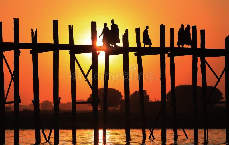 Puente en la puesta del sol, Myanmar de U-Bein imagenes de archivo