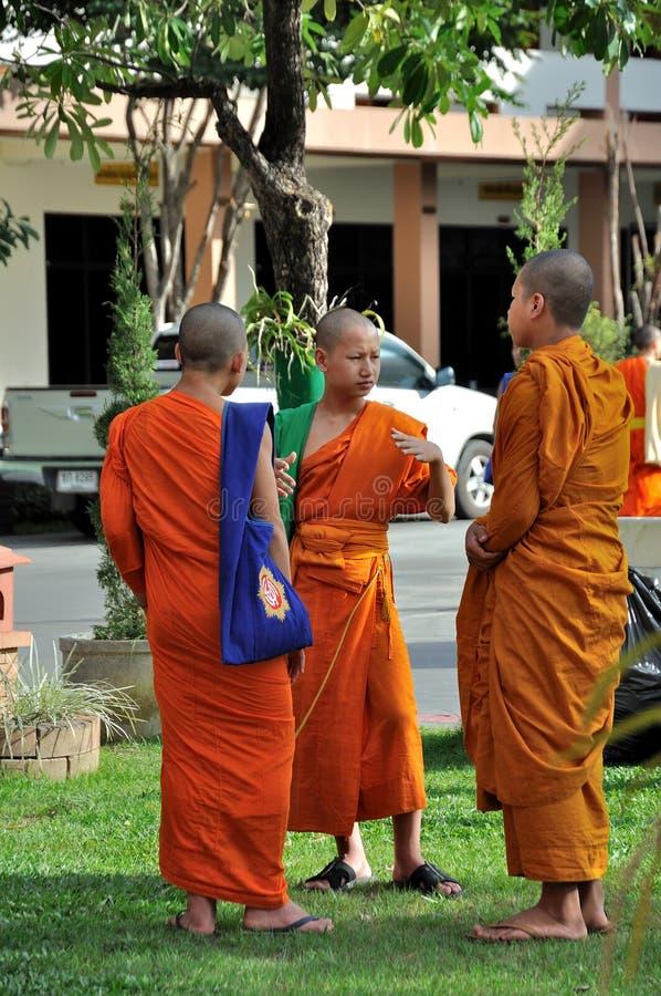 Monjes que hablan el uno al otro fotografía de archivo