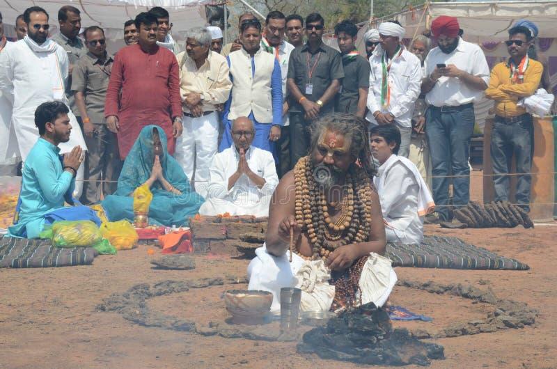 Monk& x27; s que executa a ioga para apoiar um candidato na eleição india do parlamento fotos de stock