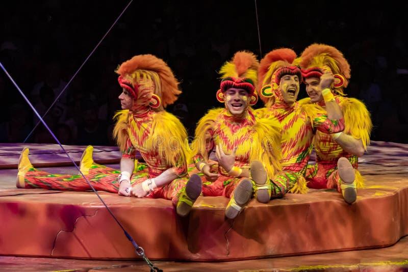 Monkey acrobats in Lion King Festival at Animal Kingdom 46 royalty-vrije stock fotografie