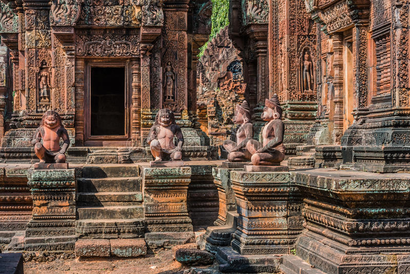 Monkey le temple rose indou Cambodge de Banteay Srei de statues image stock