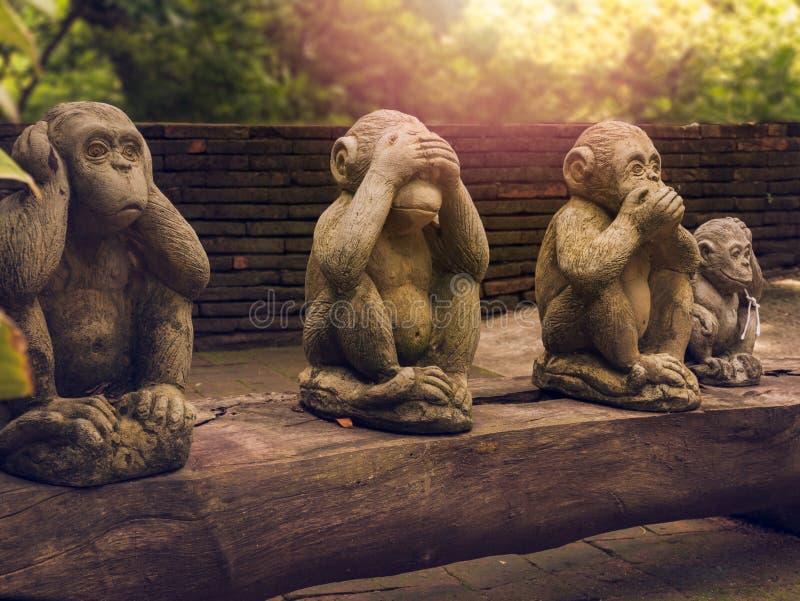 Monkeys las estatuas que tienen diversos posts imagen de archivo