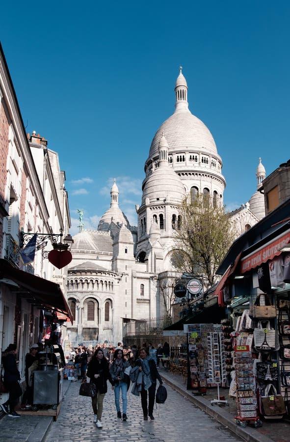 Monmartre小山 步行沿着向下从Sacre Coer的街道的人们 免版税库存照片