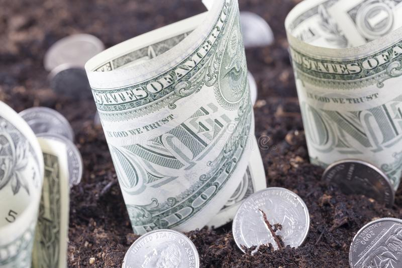 Monnaie en dollars dans le sol photos libres de droits