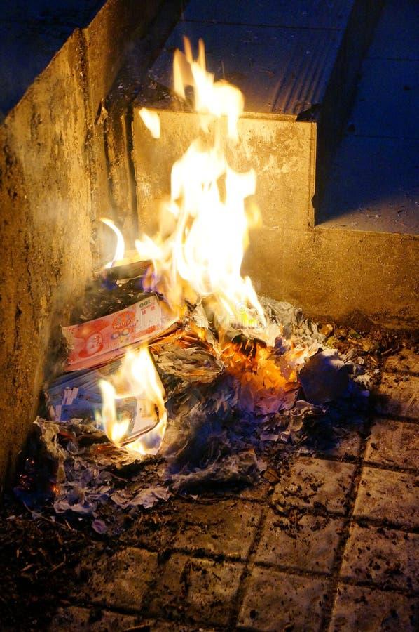 Monnaie fiduciaire de brûlure image stock