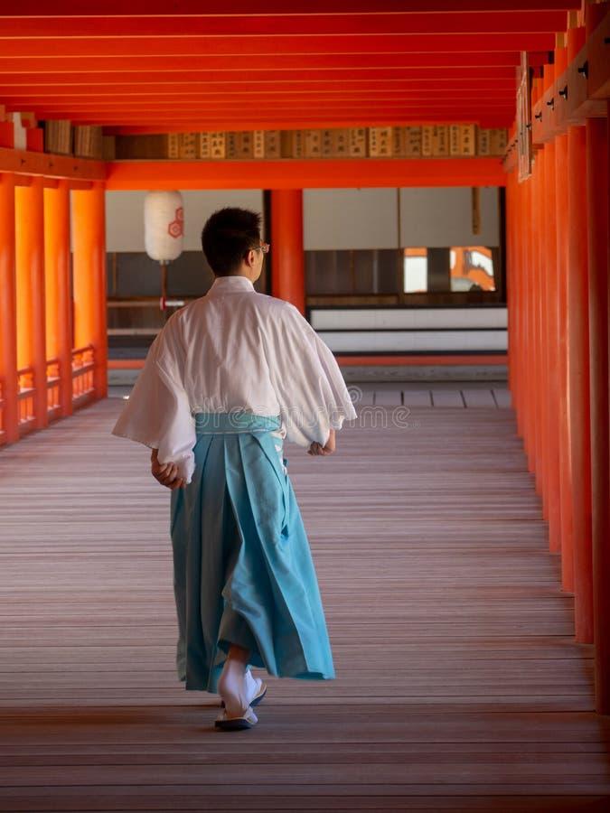 Monnik bij Itsukushima-Heiligdom, Japan royalty-vrije stock afbeelding