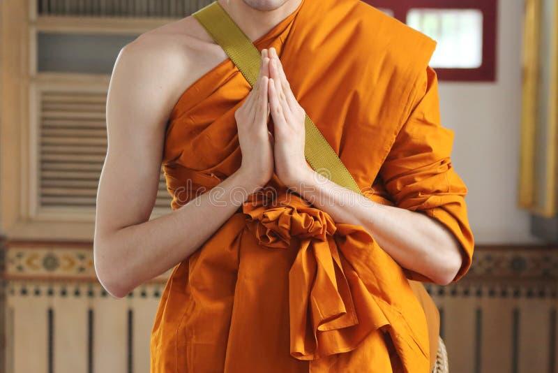 monnik die bij de ordeningsceremonie bidden royalty-vrije stock fotografie