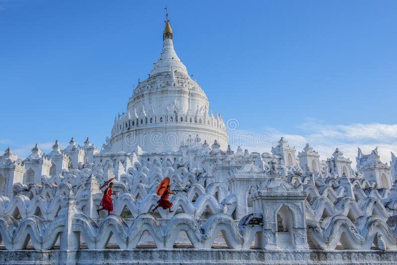 Monnik die met rode paraplu in een boeddhistische tempel lopen royalty-vrije stock afbeeldingen