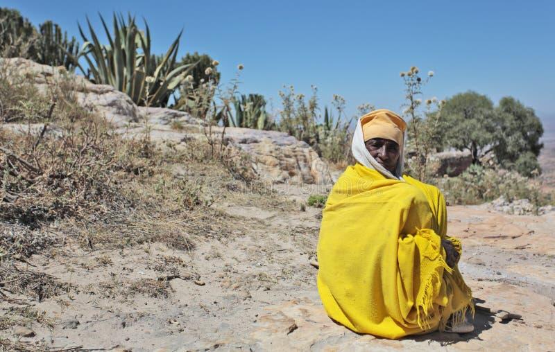 Monnik in gele robe stock foto