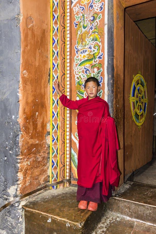 Monnik in jakar, Bhutan stock foto's