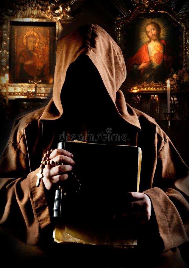 Monnik in kerk stock fotografie