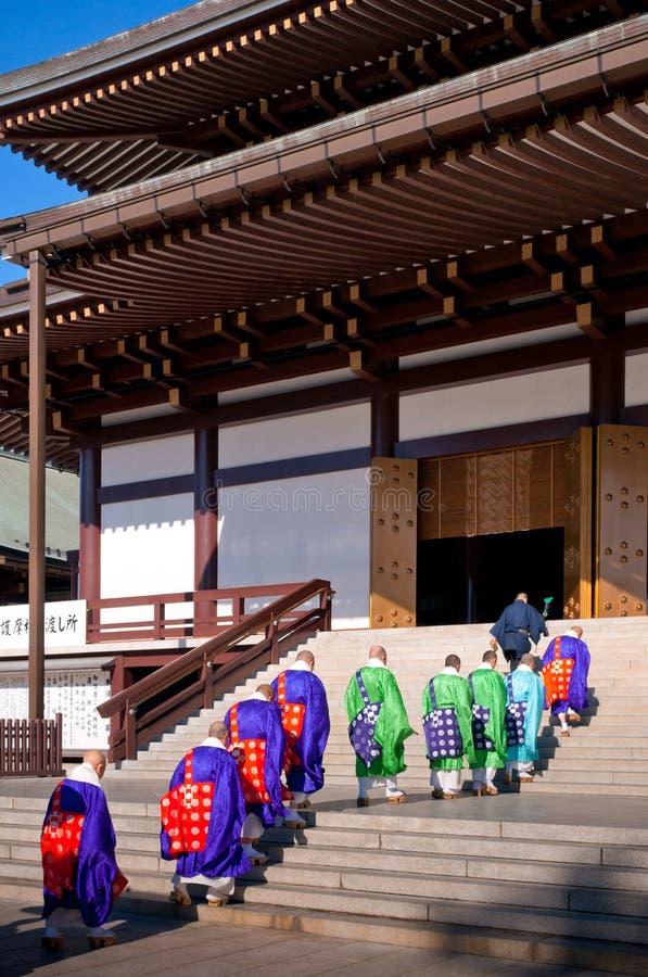 Monnik met rode paraplu bij Narita San Shinsho ji tempel hoofdzaal royalty-vrije stock afbeelding