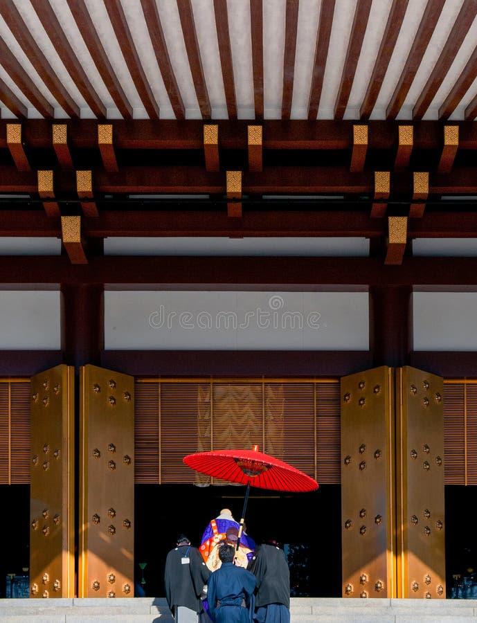 Monnik met rode paraplu bij Narita San Shinsho ji tempel hoofdzaal stock afbeeldingen