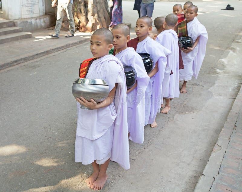 Monniken bij het Mahagandayon-Klooster in Amarapura Myanmar stock foto's