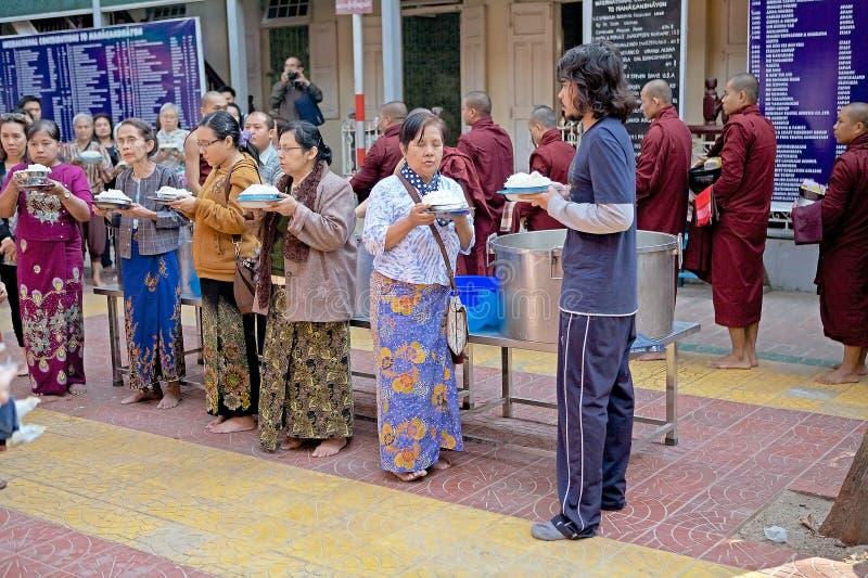 Monniken bij het Mahagandayon-Klooster in Amarapura Myanmar royalty-vrije stock foto