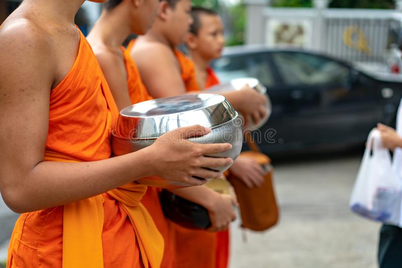 Monniken in de ochtend bij Chiang Mai-provincie, Thailand royalty-vrije stock foto's