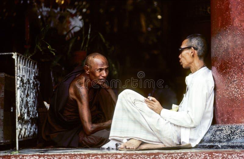 Monniken in de Shwedagon-Pagode in Rangoon royalty-vrije stock fotografie