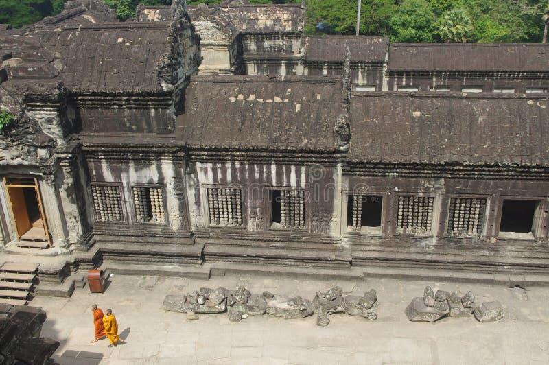 Monniken die in Angkor Wat wandelen royalty-vrije stock foto