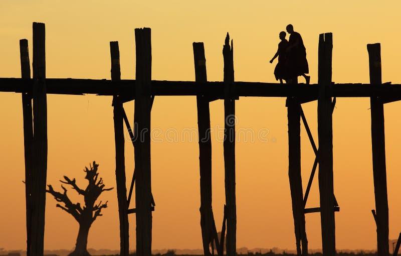 U-Bein brug bij zonsondergang, Myanmar stock afbeeldingen