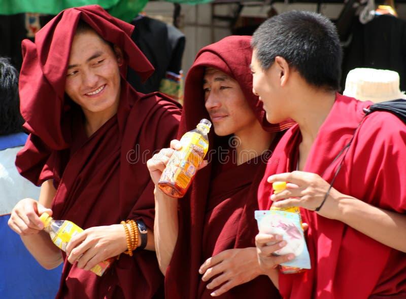 Monniken die een drank hebben stock foto's