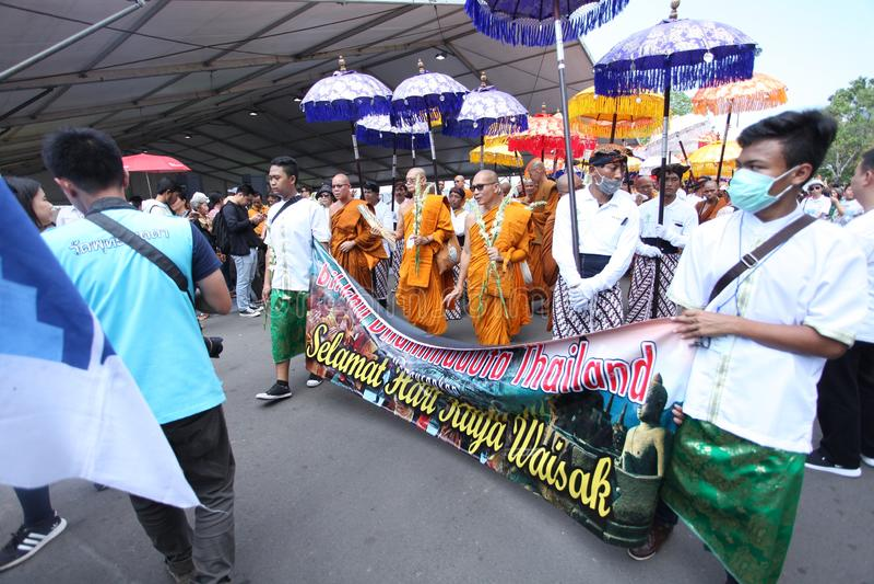 Monniken en Buddist-Mensengang van Mendut-Tempel aan Borobudur-de Dag van Tempelvesak royalty-vrije stock foto's