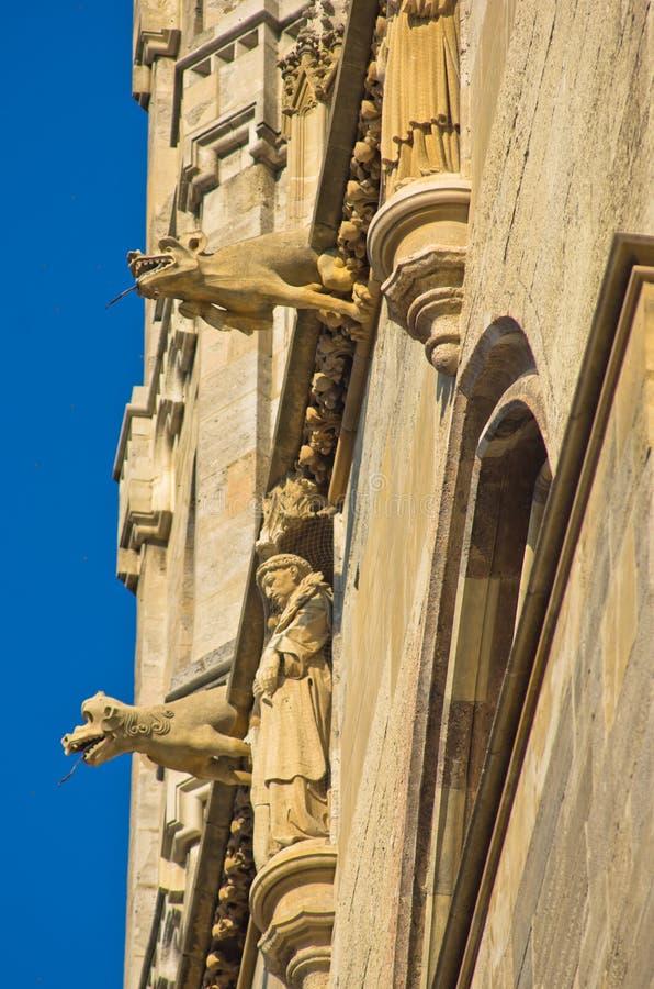Monniken en gargouilles, detail van de buitenkant van heilige Stephen catedral bij de stad in van Wenen royalty-vrije stock foto
