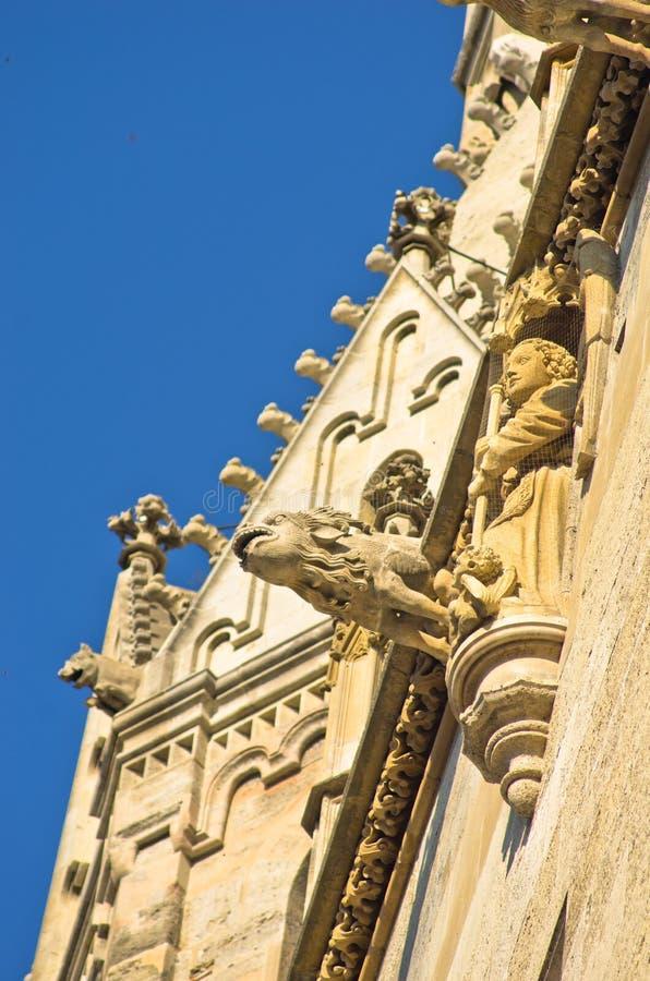 Monniken en gargouilles, detail van de buitenkant van heilige Stephen catedral bij de stad in van Wenen royalty-vrije stock afbeelding