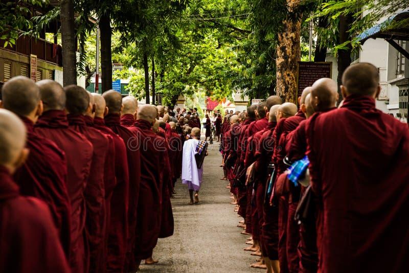Monniken in Mandalay stock afbeeldingen