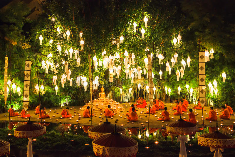 Monniken onder boom in Loy Krathong Day worden gebeden dat royalty-vrije stock afbeelding