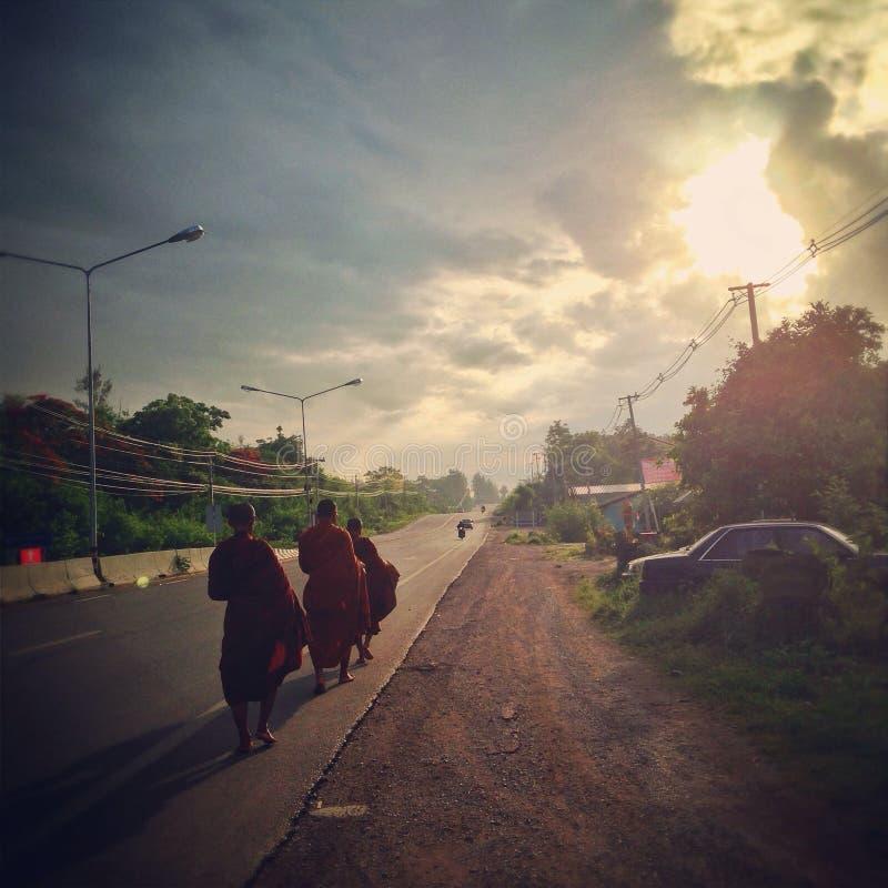 Monniken op de weg royalty-vrije stock foto's