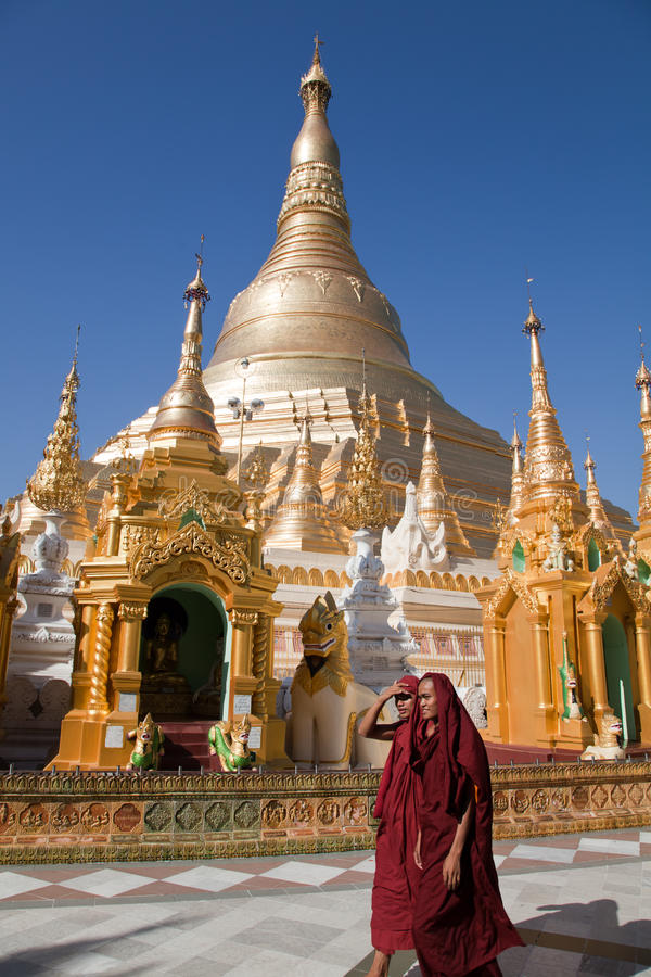 Monniken in Shwedagon-pagode stock fotografie