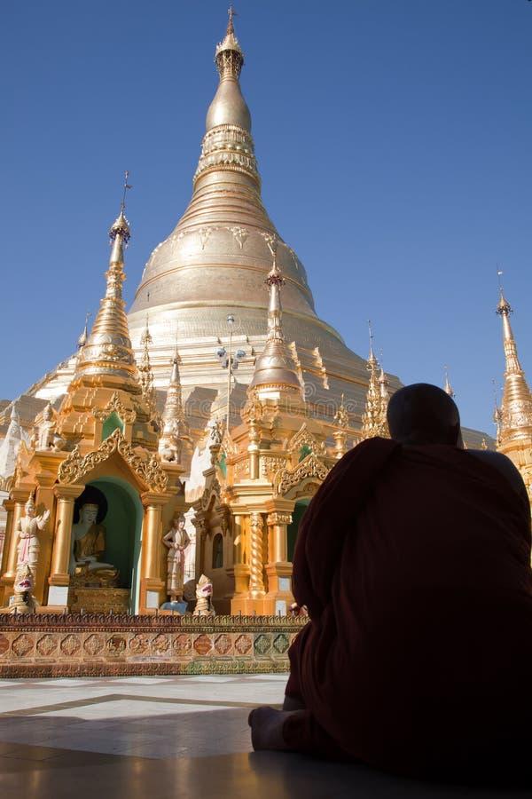Monniken in Shwedagon-pagode stock afbeelding