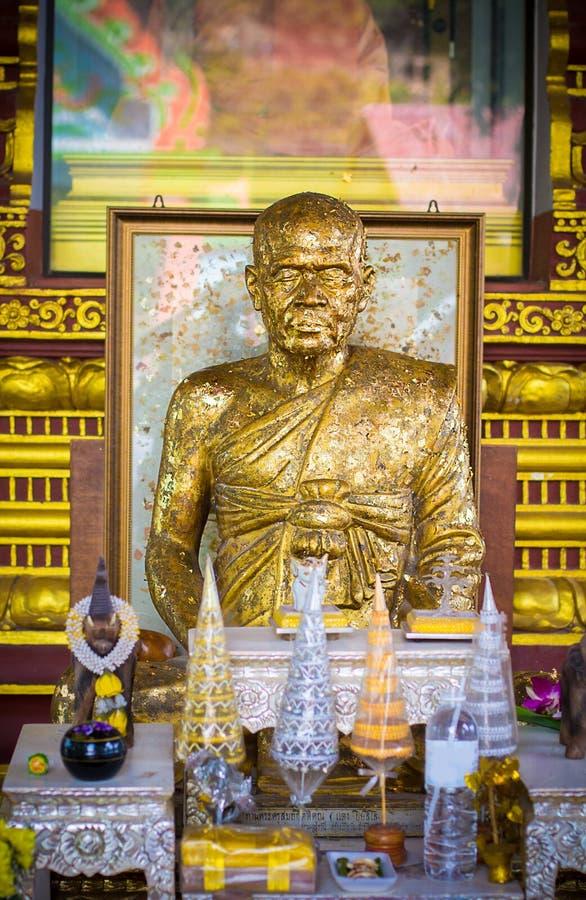 Monniksstandbeeld in boeddhistische tempels royalty-vrije stock afbeeldingen