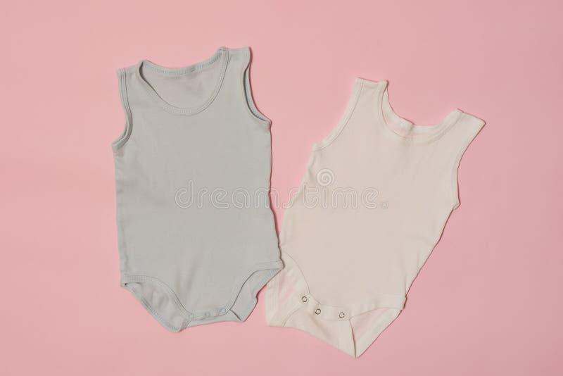Mono azul y blanco del bebé en un fondo rosado Concepto de la manera fotografía de archivo